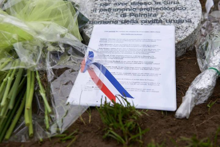 L'elenco delle vittime dell'attentato di Parigi del 13 novembre deposto sul cippo dedicato a Khaled al-Asaad