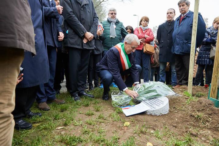 Il Sindaco Pisapia deposita un mazzo di fiori sul cippo dedicato a Khaled al-Asaad