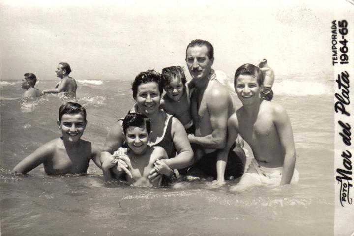 Azucena e famiglia al mare nel 1964