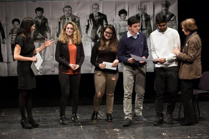 """Gli studenti della 3A del Liceo Scientifico """"R.A. Cocchetti"""" vengono premiati da Anna Maria Samuelli"""