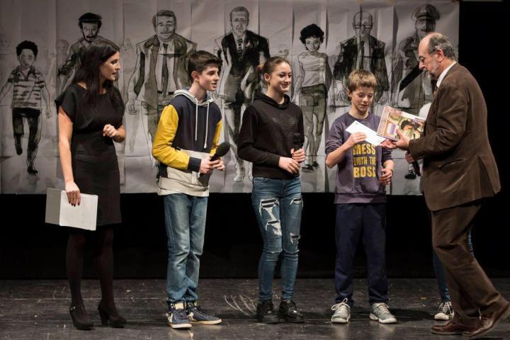 Gli alunni della 3D dell'Istituto Comprensivo Rinnovata Pizzigoni Puecher premiati da Giorgio Mortara