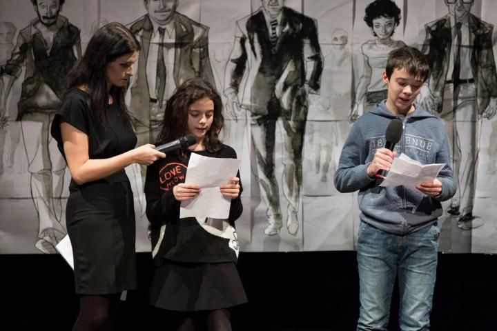 Gli studenti della 2I dell'Istituto Comprensivo di Via Linneo leggono il proprio dialogo