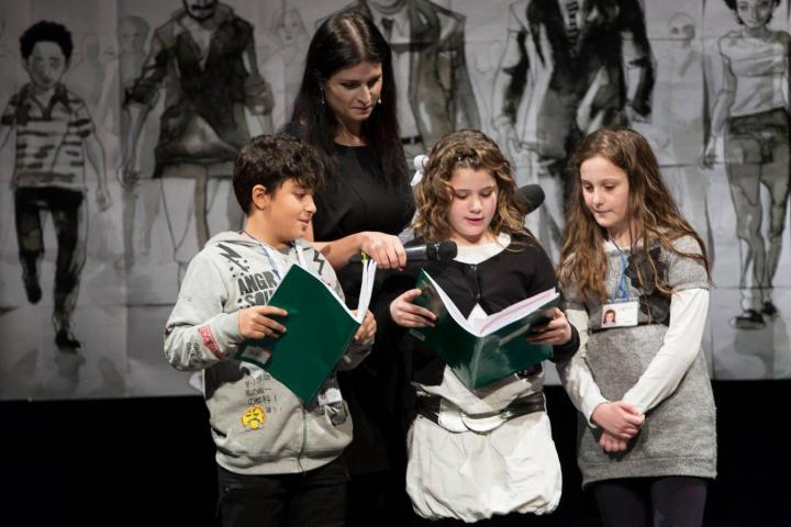 I ragazzi della 4A dell'Istituto Comprensivo di Via Pareto leggono il dialogo preparato per il concorso