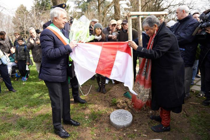 Il sindaco Pisapia e Flavia Agnes scoprono il cippo a lei dedicato