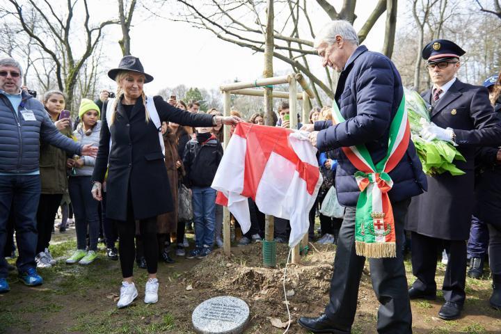 La Pina e il sindaco Pisapia scoprono il cippo dedicato a Sonita Alizadeh