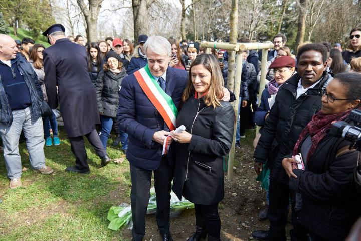Il sindaco Pisapia e Cecilia De Vincenti dopo lo svelamento del cippo di Azucena Villaflor