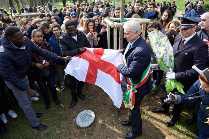 I rappresentanti della comunità sudanese e il sindaco Pisapia scoprono il cippo dedicato a Halima Bashir