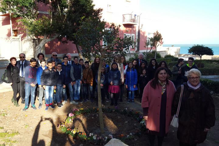 La dirigente scolastica Grazia Basile, anima dell'impegno civico e didattico, con Ulianova Radice