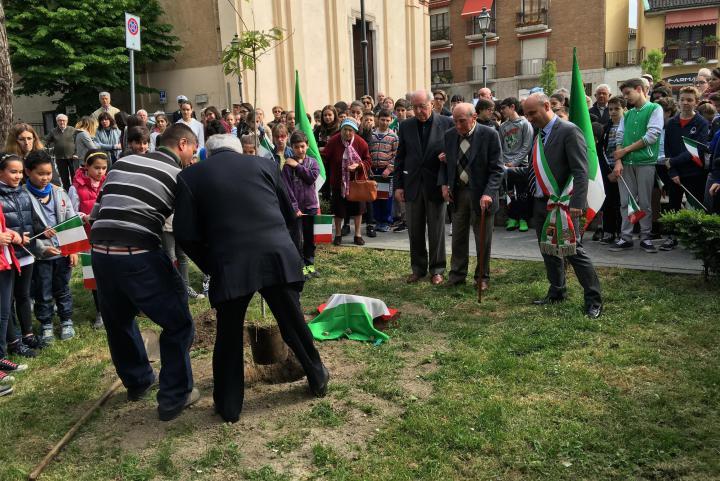 La piantumazione della quercia e la scopertura del cippo con il Sindaco e Vito Sperti, insieme a due cittadini memoria storica del paese, che avevano conosciuto il dott. Loriga