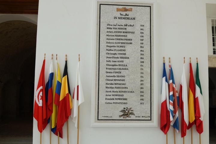 La targa in memoria delle vittime dell'attentato al Museo del Bardo