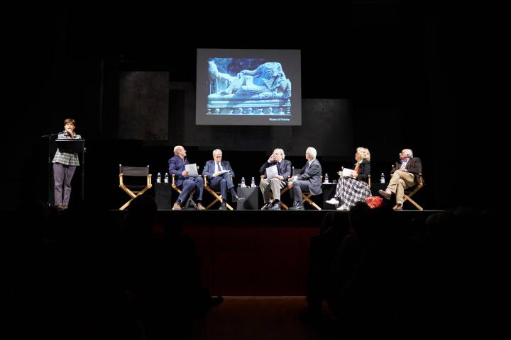 Al Piccolo Teatro, Maria Teresa Grassi insieme a Gabriele Nissim, Giuliano Pisapia, Antonio Ferrari, Luciano Fontana, Eva Cantarella e Paolo Matthiae