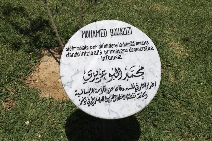Il cippo dedicato a Mohamed Bouazizi