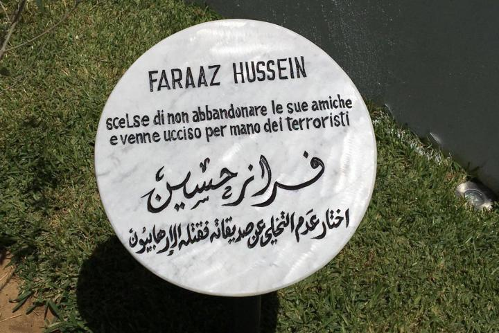 Il cippo dedicato a Faraaz Hussein