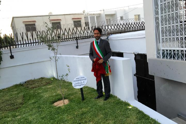 Lamberto Bertolé scopre il cippo dedicato a Faraaz Hussein