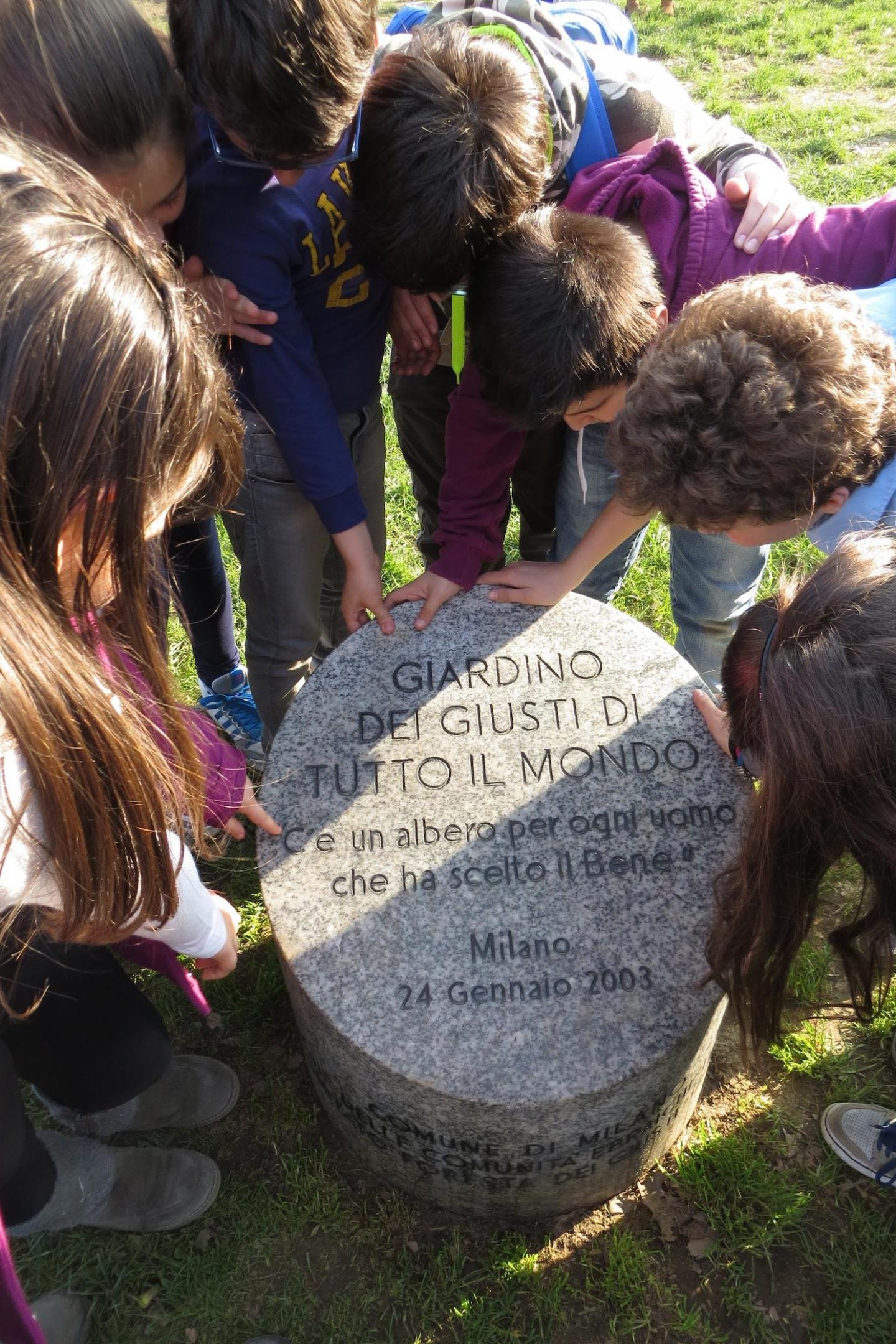 Ogni anno, le scuole di ogni ordine e grado scoprono il Giardino dei Giusti di Milano con le nostre visite guidate