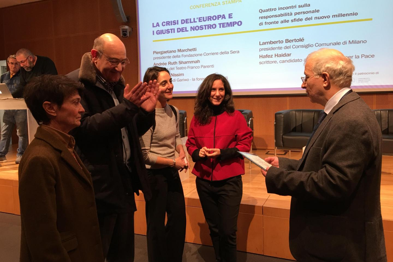 Hafez Haidar consegna il premio alla Redazione di Gariwo, alla presenza di Gabriele Nissim