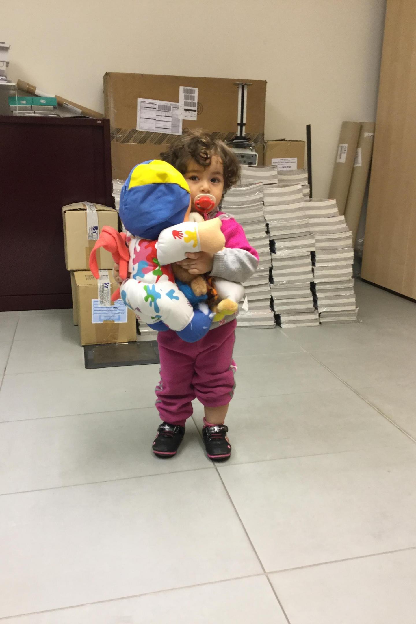 Una bambina siriana con la sua nuova bambola