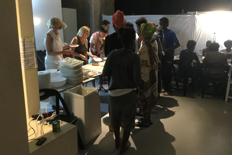 I volontari che servono un pasto caldo