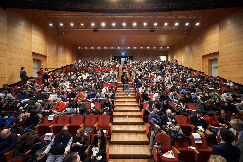 La sala piena del Teatro Franco Puccini