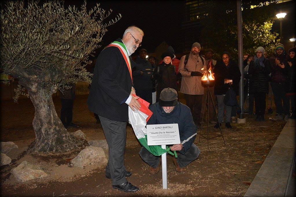 Il sindaco Massimiliano Chiolo scopre la targa dedicata a Gino Bartali