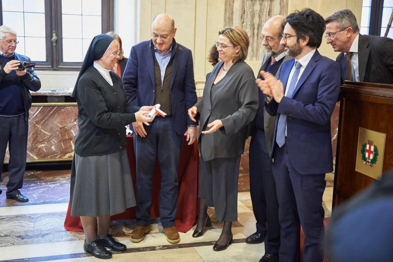 La consegna delle pergamene ai rappresentanti dei Giusti onorati nel Giardino Virtuale