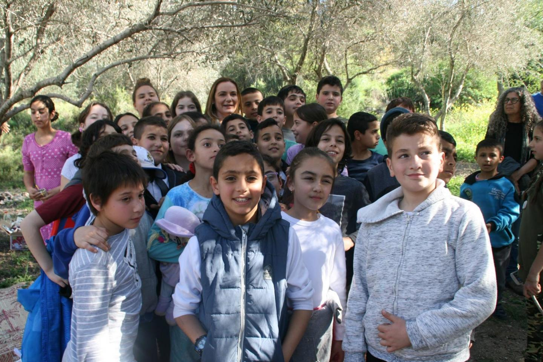 Regina Catrambone con i bambini di Neve Shalom