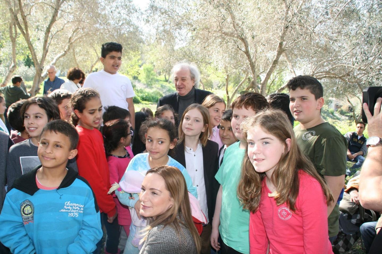 Antonio Ferrari con i bambini di Neve Shalom