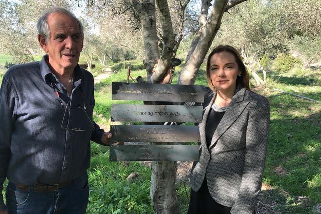 Yair Auron e Regina Catrambone davanti alla targa che onora MOAS