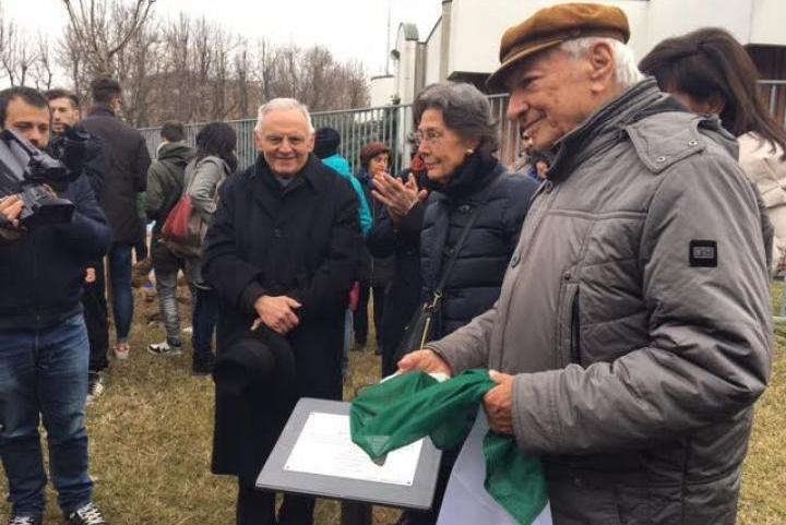 Piero Angela scopre la targa al Giardino dei Giusti di Vercelli