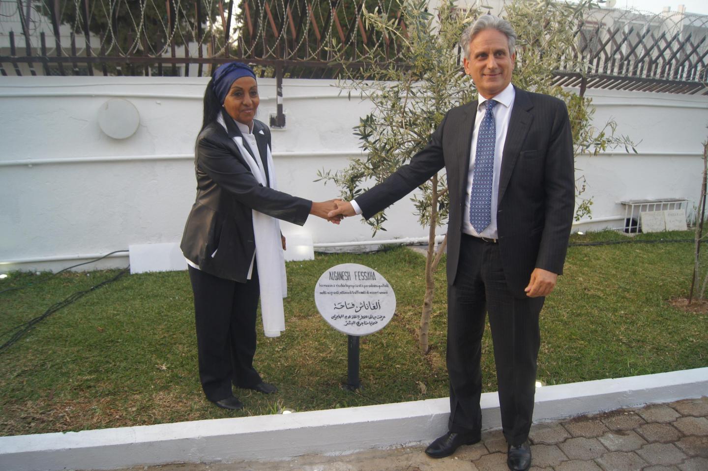 Alganesh Fessaha davanti al cippo a lei dedicata insieme all'Ambasciatore de Cardona