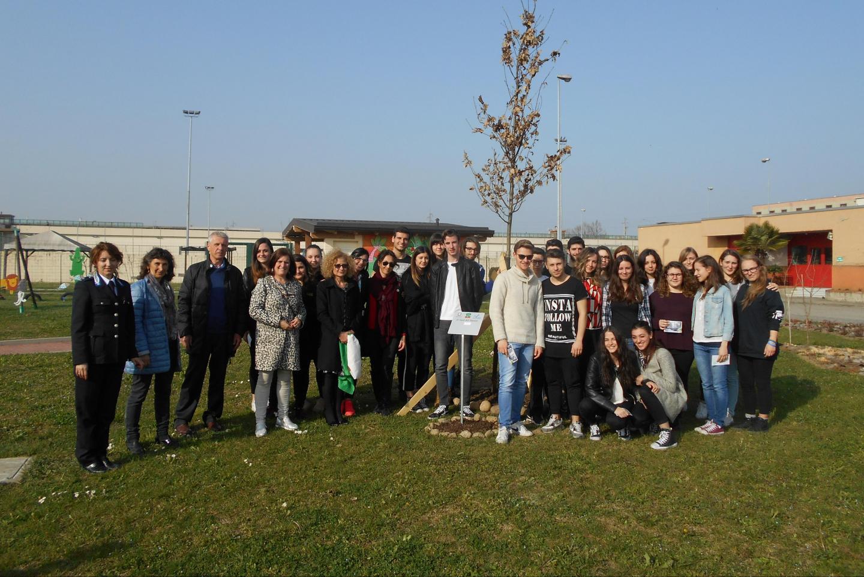 """Un momento della cerimonia di inaugurazione con gli studenti dell'istituto """"M. Bianchi"""" di Monza"""