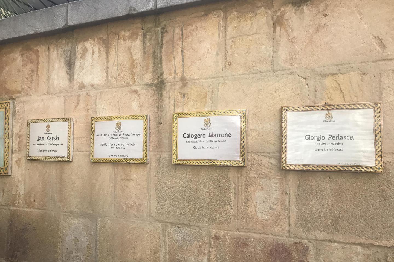 Le targhe dedicate ai giusti del Giardino di Palermo