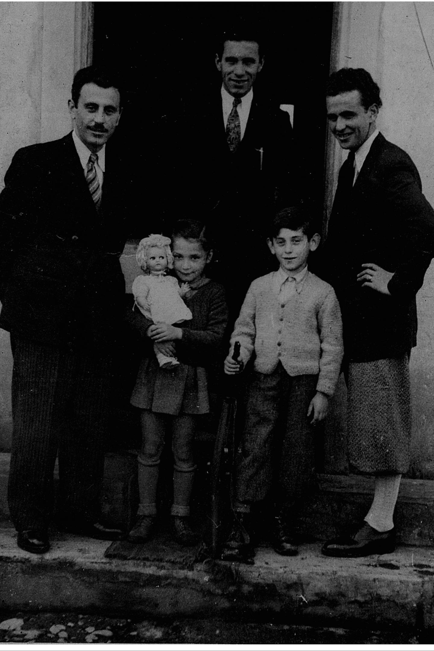 La piccola Esther e alcuni membri della famiglia