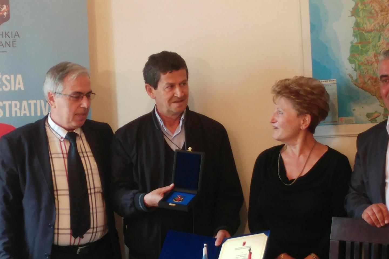Esther riceve una medaglia commemorativa