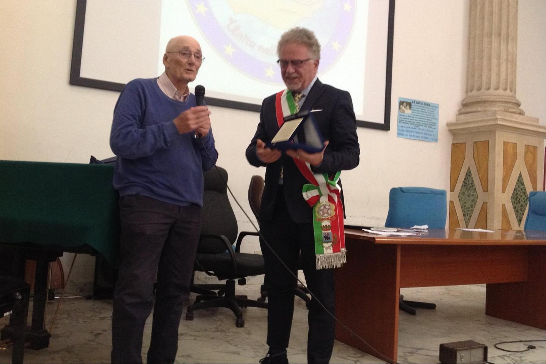 Guido Tagliacozzo consegna la targa al Sindaco di Magliano Sabina, Alfredo Graziani