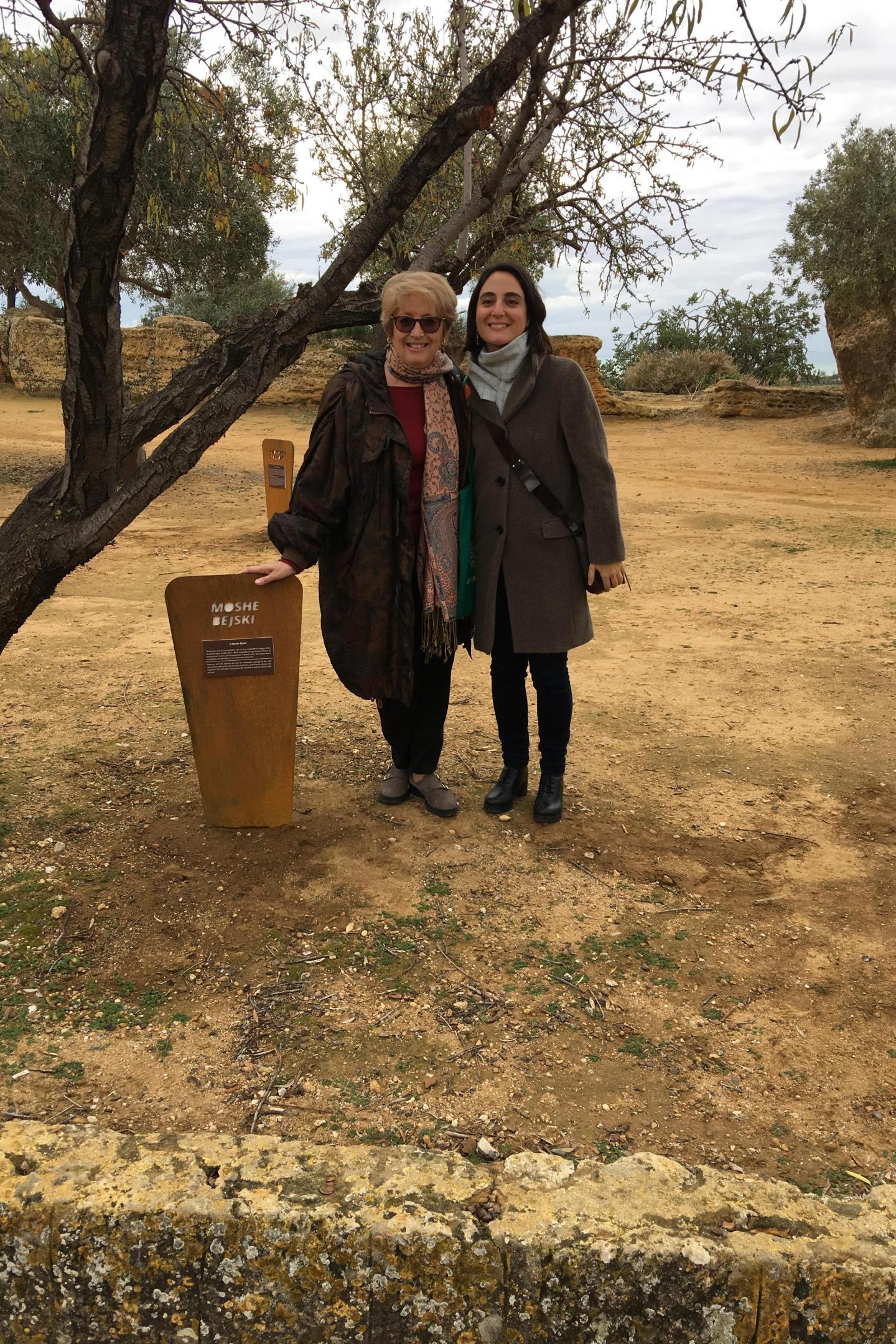 Ulianova Radice, direttrice di Gariwo, e Valentina De Fazio con la targa dedicata a Moshe Bejski, ideatore del Giardino dei Giusti