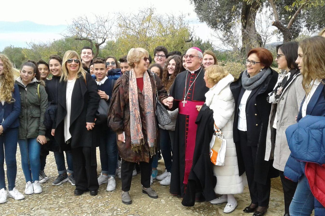 Ulianova Radice con Mons. Enrico Dal Covolo, Magnifico Rettore della Pontificia Università Lateranense, Assunta Gallo e  il gruppo di studenti