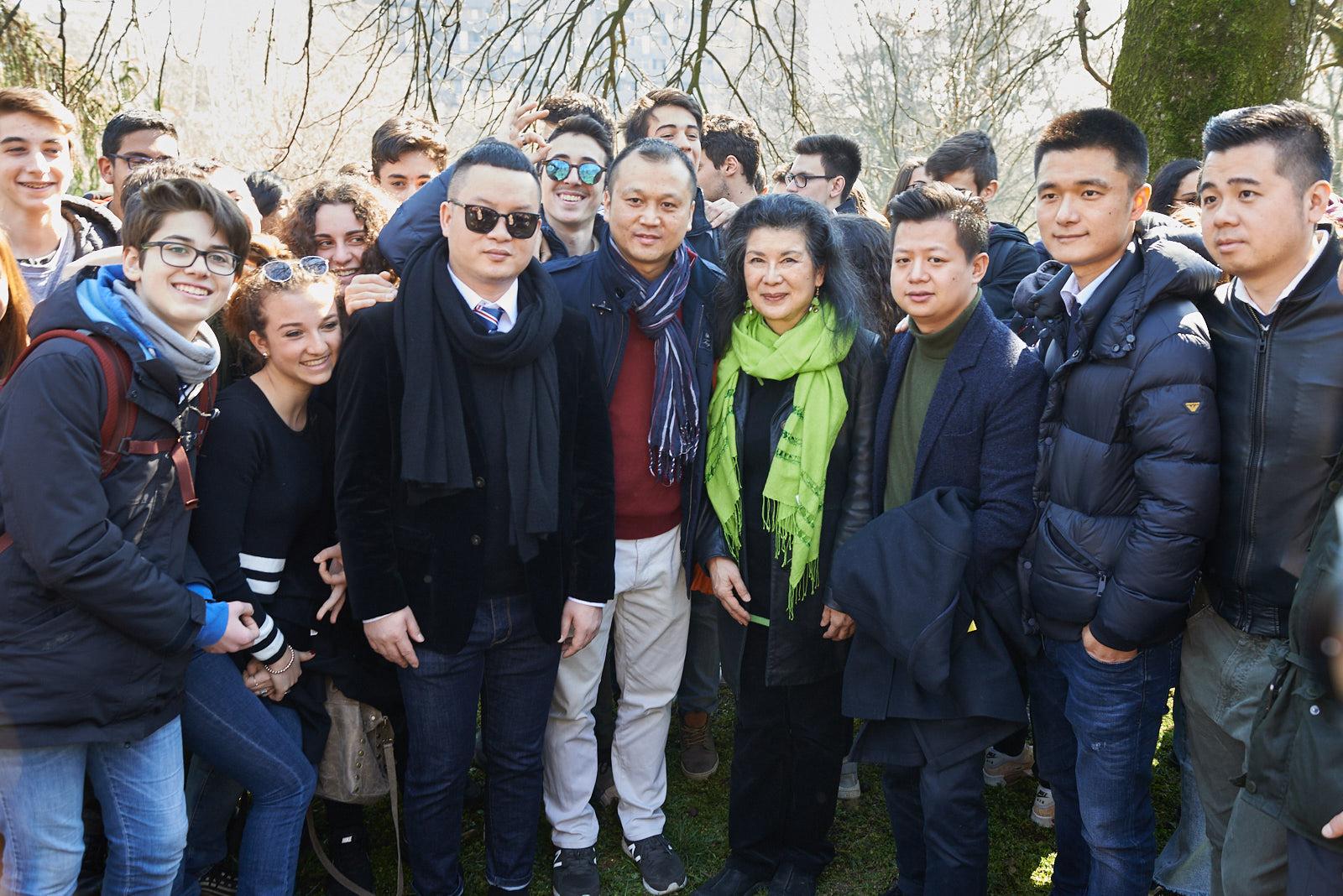 La comunità cinese presente alla cerimonia insieme a Ho Manli