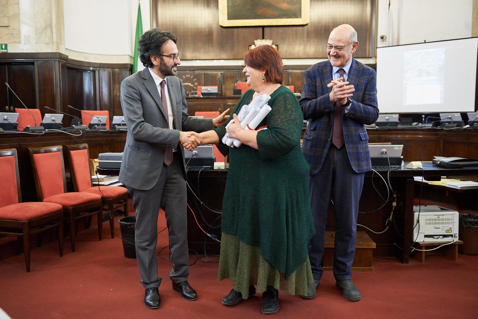 Daphne Vloumidi ritira le pergamene per i Giusti di Lesbo