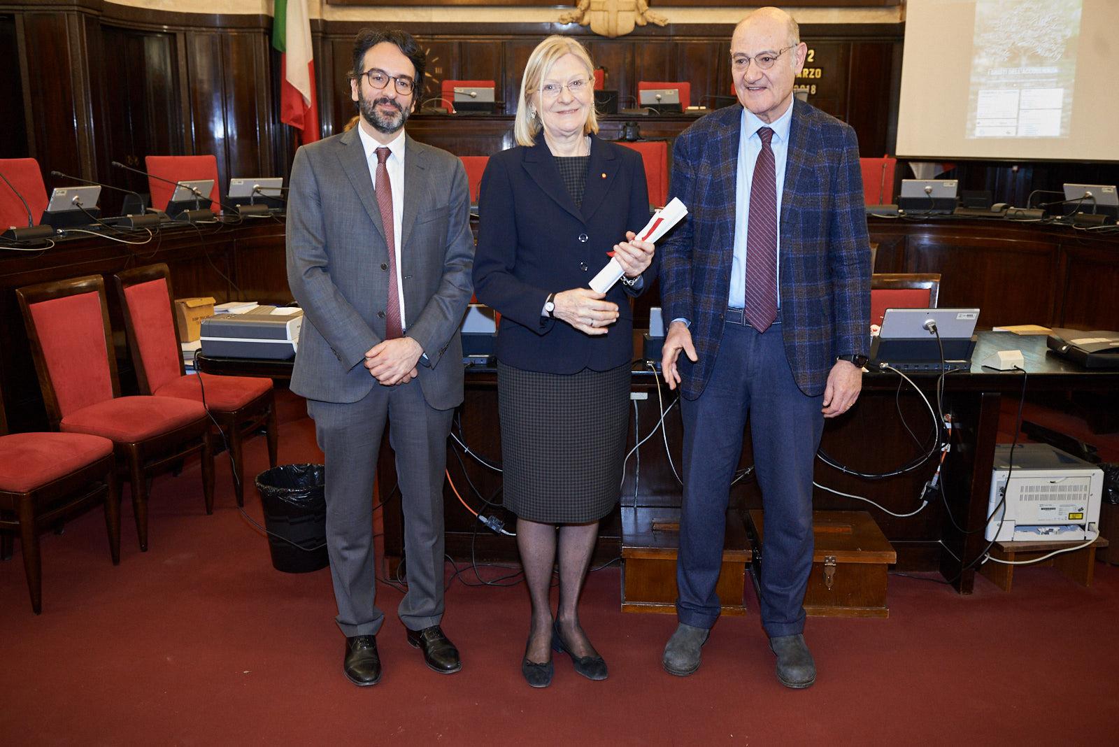 Silvia Rivetti ritira la pergamena per il nonno, Generale Guglielmo Barbò