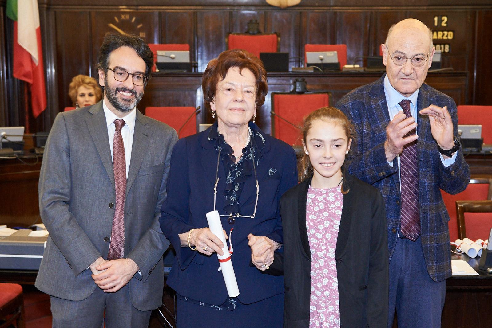 Ilsemarie Brandmair con Caterina Grioni ritirano la pergamena per Fritz Michael Gerlich