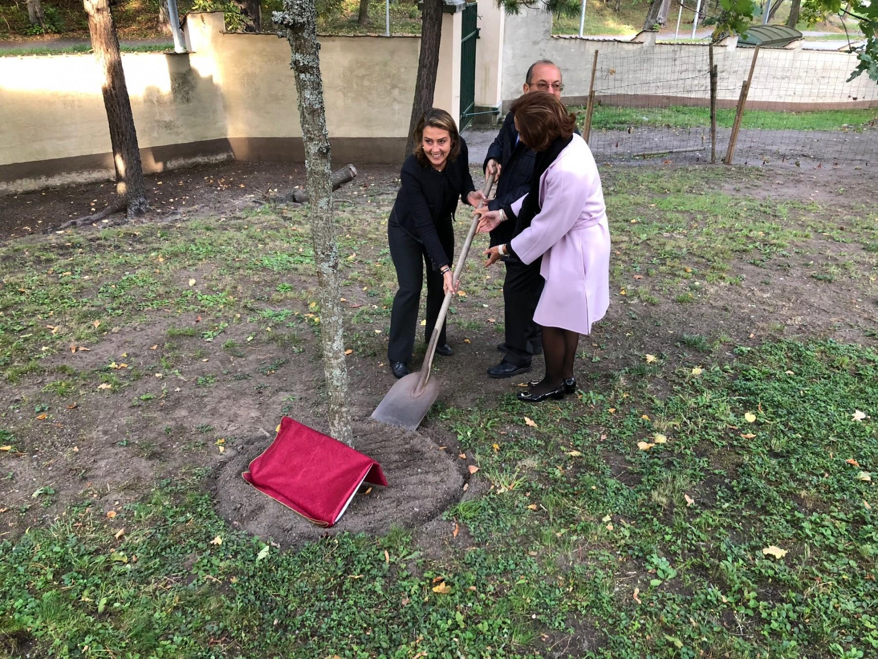 Caroline Edelstam insieme alla giornalista Enza Nunziato e all'Ambasciatore Mario Cospito