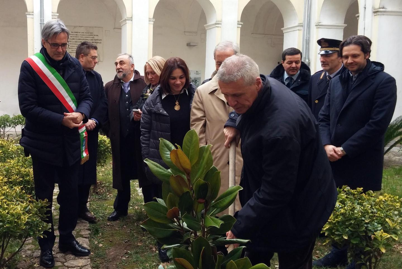 La piantumazione dell'albero di magnolia in ricordo di Giorgio Perlasca e Giovanni Palatucci. Nella foto: Franco Perlasca, figlio del Giusto e Presidente della Fondazione Giorgio Perlasca