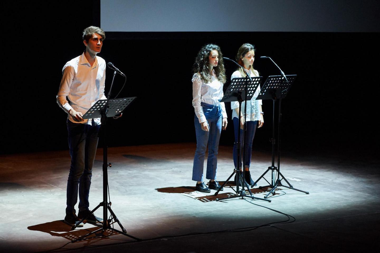 Davide Elli, Milde Catalano e Martina Volonté del corso di recitazione del Liceo Scientifico G. B. Grassi di Saronno leggono Elie Wiesel, scrittore sopravvissuto alla Shoah e premio Nobel per la pace.