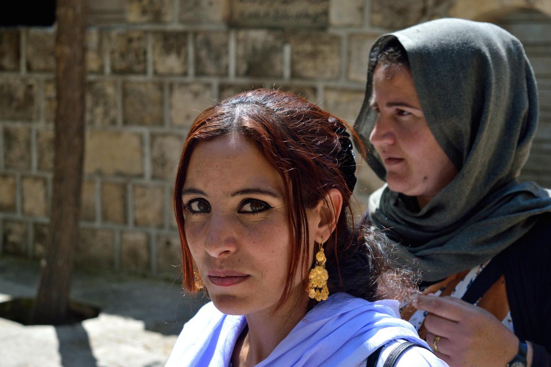 Ragazza yazida durante il pellegrinaggio al tempio di Lalish