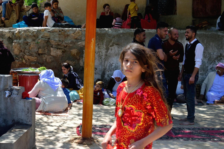 """Le famiglie celebrano il """"Sarsal"""", il capodanno yazida, nel tempio sacro di Lalish"""