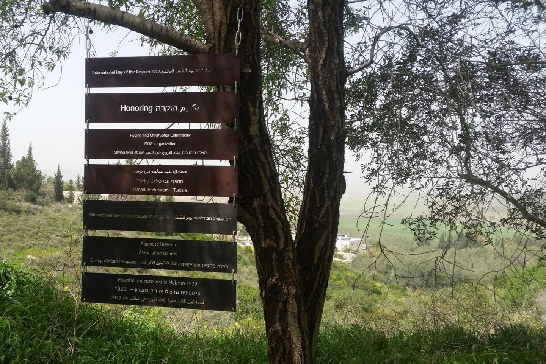 Le targhe dedicate ai soccorritori onorati nel Giardino