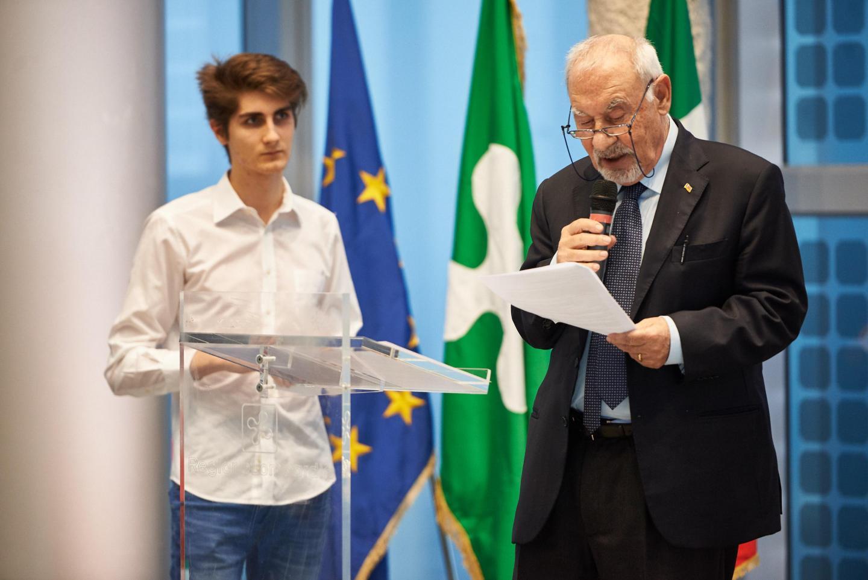 Pietro Kuciukian introduce le letture degli studenti del corso di teatro del Liceo G. B. Grassi di Saronno
