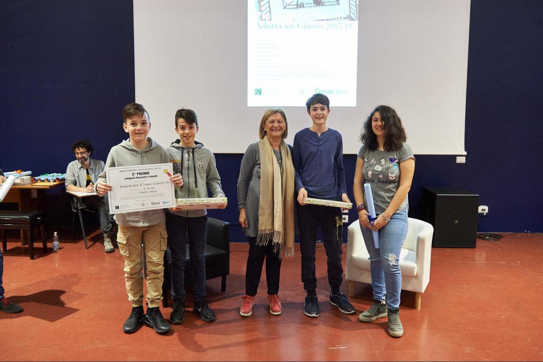 Franca Schiavon premia la II B dell'I. C. Margherita Hack di Cernusco S/N