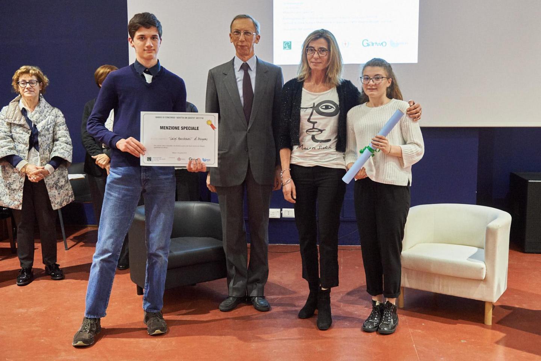Carlo Sala consegna la menzione speciale al liceo scientifico Mascheroni di Bergamo